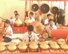 siswa SMP 1 Pamotan berekspresi seni lewat gamelan.